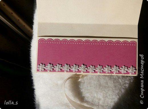 """Вот и вторая моя работа после """"отпуска"""" - конвертик для денег на свадьбу. Основа-картон нежного кремового цвета и насыщенного розового цвета. Декорирован цветами, листиками и завитками в технике квиллинг в розово-мятной цветовой гамме. Серединки цветочков украшены полубусинками. Завязывается с помощью двух атласных лент. Сам карманчик украшен кружевом. Размер конвертика 16,5х8,5 см. фото 3"""