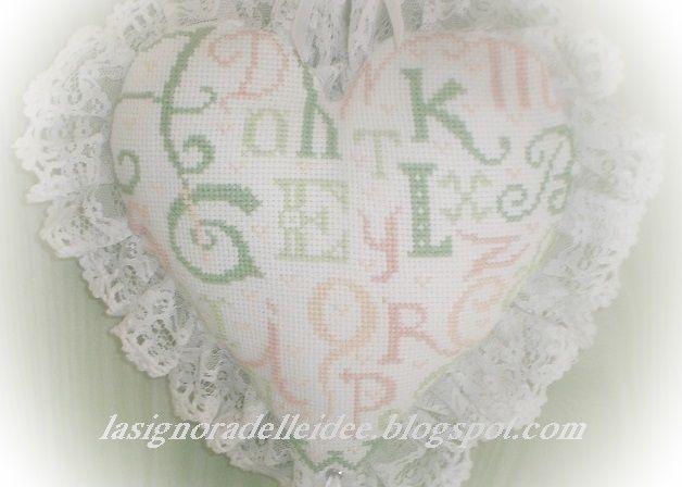 Cuscino ricamato con lettere a  punto croce
