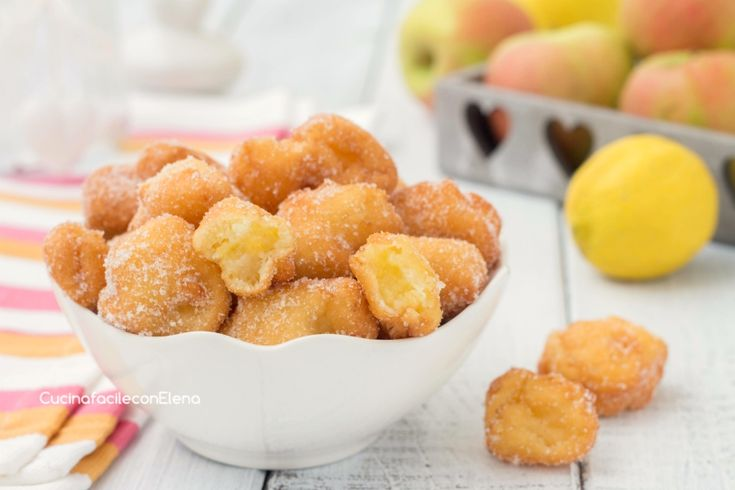Le frittelline di mele sono delle deliziose frittelle dolci ricchissime di mele, profumate, super soffici e pronte in pochissimi minuti, non assorbono olio!