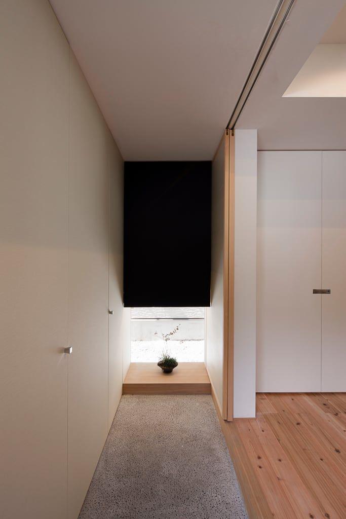 玄関/廊下/階段の写真: 地窓を飾り棚とした玄関 | homify