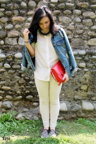 Blouse: H&M Denim jacket: Pimkie Necklace: Pimkie Satchel bag: Terranova Trousers: Sisley Shoes: Tally Weijl