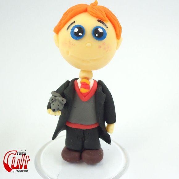 Miniatura Rony Weasley, personagem da série Harry Potter, escrita por J. K. Rowling.    Produto sob encomenda. Consulte prazos de produção e envio.  Valor unitário.      Material: biscuit; base acrílica redonda.  Altura aproximada: 8cm. R$ 19,90