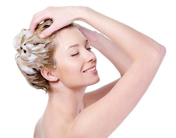 Cómo cuidar el pelo rubio. El cabello rubio, ya sea natural o teñido, necesita de más cuidados y atenciones para mantenerse siempre radiante y saludable que los pelos con otras tonalidades. Y es que los cabellos más claros son ...