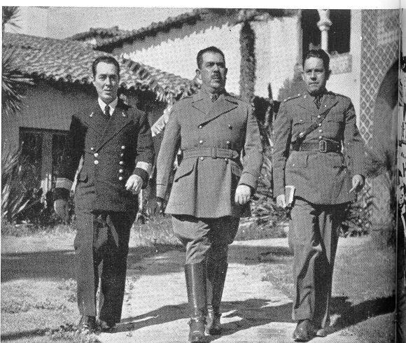 El Gral. Lázaro Cárdenas con miembros de su Estado Mayor, cuando desempeñaba el cargo de comandante militar en el Pacífico, saliendo de sus oficinas en el ex-Hotel Playa de Ensenada. (Foto Archivo Casasola