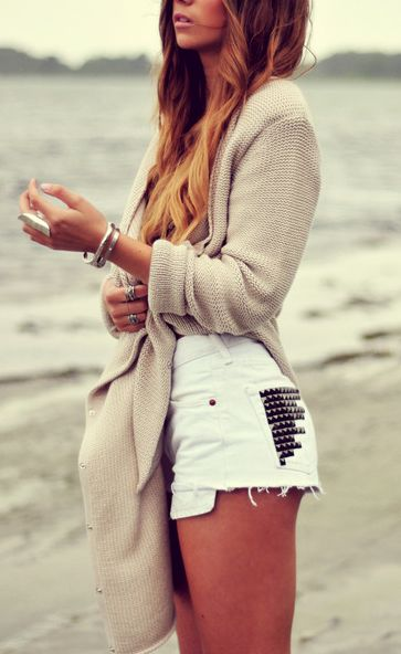 Studded white cutoffs.Summer Outfit, Over Sweaters, Summer Girls, White Jeans, Summer Night, Jeans Shorts, Studs Shorts, Summer Clothing, High Waist Shorts