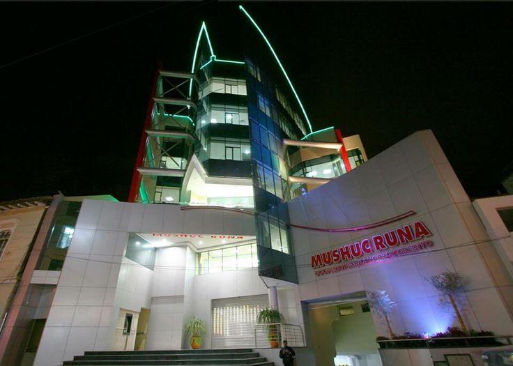 Vista nocturna del Edificio Matriz de la Cooperativa Mushuc Runa en Ambato.  Diseño: Arq. Mg. Santiago Suárez Abril. E&S Suárez Arquitectos.
