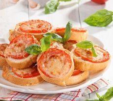 Школьный завтрак: 10 вкусных и полезных блюд для перекуса Хрустящие пшеничные тосты с помидорами и сыром  Если нет времени на что-то оригинальное, простые рецепты тоже идут на ура. Главное — не забыть пожелать друг другу доброго утра и улыбнуться. Аппетитные пшеничные тосты с кружочками помидоров и сыром похожи на крошечную пиццу и готовятся всего 15 мин.  Горячая закуска, приготовленная на скорую руку, пользуется неизменным успехом как у взрослых, так и у детей. Для пущего интереса сделайте