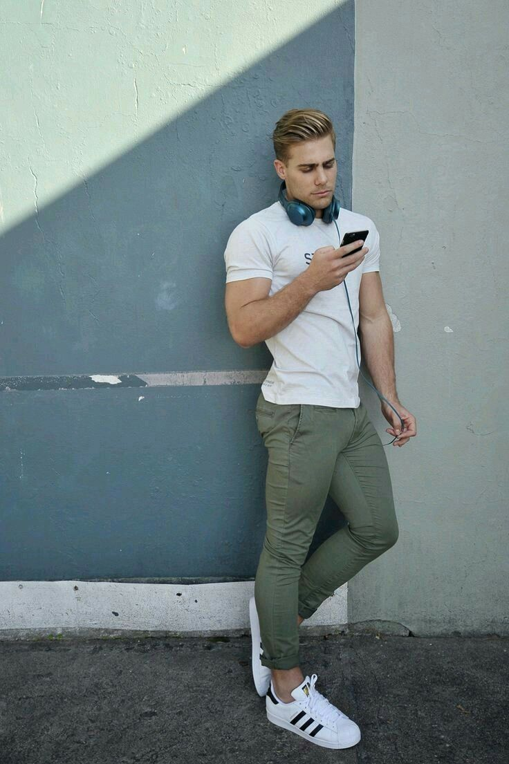 4a450430f Outfit masculino com camiseta branca, calça verde militar e tênis branco.  Veja mais looks no blog Marco da Moda