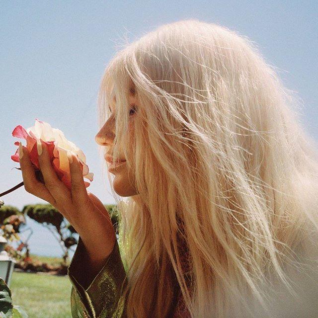 "Kesha kembali merilis single teranyarnya yang berjudul ""Learn to Let Go"". Setelah lagu-lagu sebelumnya menunjukan proses kedewasaan Kesha kali ini lagu terbarunya menceritakan nostalgia masa kecilnya. Sang ibu Pebe Sebert juga turut terlibat dalam proses penulisan lagunya. Read more at elle.co.id ! (Elle Intern - @allisaxx_) #Elleupdates #Kesha #newsingle #learntoletgo  via ELLE INDONESIA MAGAZINE OFFICIAL INSTAGRAM - Fashion Campaigns  Haute Couture  Advertising  Editorial Photography…"