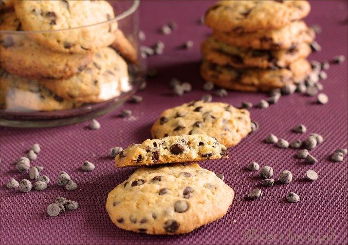 """Cookies originali con cioccolato: il celebre biscotto americano con i pezzettoni di cioccolato """"Chocolate Chip Cookies"""". Morbidi e friabili, golosissimi !!"""