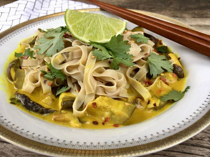 Klaar voor een méga lekker recept? Deze vegan noodles met paddenstoelen & aubergine in een kokos yoghurtsaus is mijn nieuwe favoriet. Eet smakelijk!