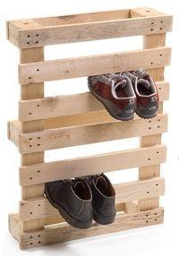 Un palé para guardar los zapatos. Yo personalmente lo barnizaría y lo anclaría a alguna pared para poner los zapatos de jardín o los manchados para antes de entrar.