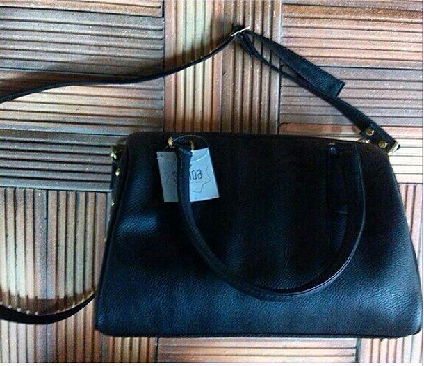 Bolso Baúl. Ref Fiordo. Con correa removible Material: cuero sintético color negro. Ancho: 28 cm. Alto:18 cm. Profundidad: 17cm.