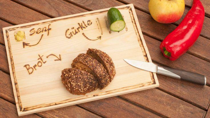 Martina Lammel stellt ein Brett für die Brotzeit unterwegs her. Das Besondere daran: Es lässt sich zusammenrollen!