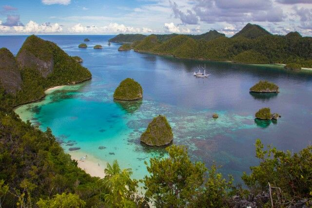 Raja ampat,  the beautiful island east of indonesia great place for diving and snorkeling,make your live adventure and explore east psrt of indonesia.