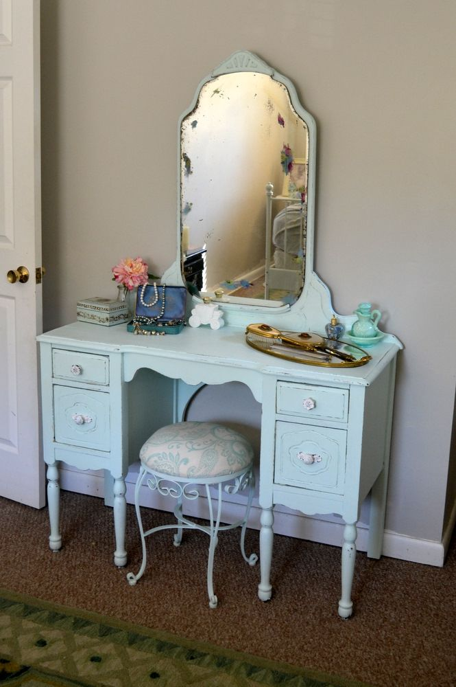 New-Old Vanity table. i have one belong to my great aunt. just need to  resurface it. - Best 25+ Antique Makeup Vanities Ideas On Pinterest Antique
