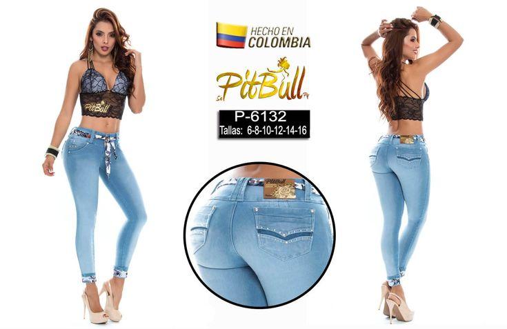Pantalón colombiano vaquero levanta cola pitbull color azul hielo liso, con bolsillos decorados con pedrería. Lleva un cinturón a juego con metido de tela que tiene la bota.