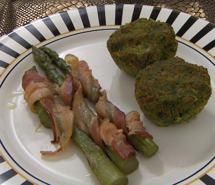 Muffins de Carne com Espinafre e Legumes com Aspargos Assados, Temperados e Enrolados com Bacon