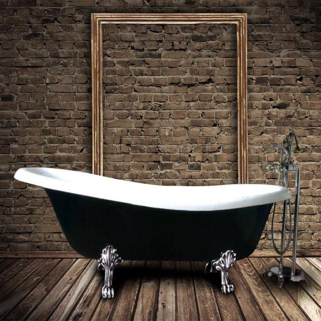 une baignoire ancienne en noir et blanc sur pieds argentés élégants