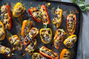 Farcis d'un savoureux mélange d'avocat, de haricots, de maïs et de salsa, ces poivrons miniatures feront bonne figure dans un buffet d'amuse-gueule.
