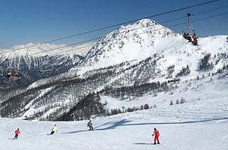 Serre Chevalier est une station unique au cœur des Alpes du Sud. Disposée en 16 villages, elle forme une des plus grandes stations d'Europe. A 2800 m d'altitude se situe le domaine skiable. Immenses forêts enneigées, 250 km de pistes qui traversent l'intégralité des villages de la vallée, 300 jours d'ensoleillement par an et un enneigement exceptionnel dû à des pistes orientées au nord.