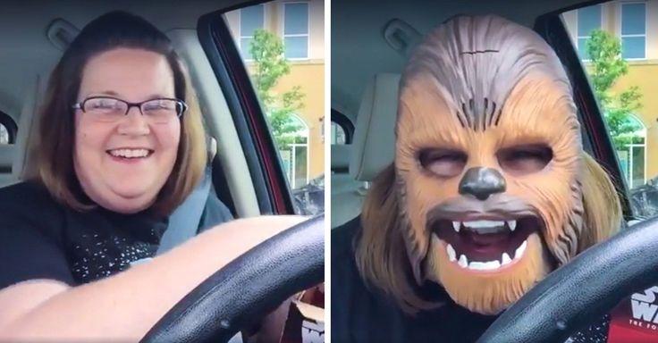 Ella es la mujer más feliz del mundo al comprarse una máscara de Chewbacca que inicialmente era para su hijo, pero al verla y probarla no para de reír feliz.