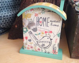 Esta hermosa placa de casa pequeña está diseñada por mí (amylee semanas) para el pabellón de regalo. Está adornada con una linda mariposa de plata. Sería un gran regalo para ese maestro especial o proveedor de cuidado de niños. O sería perfecto en la habitación de un bebé.   Sentimiento dice: Es las dulce cosas simples de la vida que después de todo son los reales. ~ Laura Ingalls Wilder