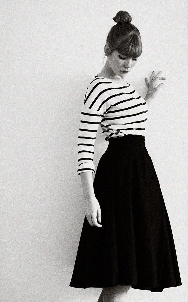 Saia midi preta + t shirt listrada. Look casual com toque de elegância.