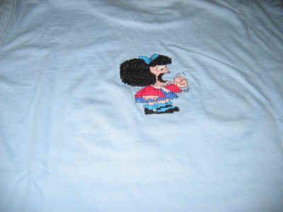 """Questa maglietta  (retro)l'ho ricamata  con il """"cencio della nonna"""". Gli schemi sono tratti dal libro  """"Personaggi a punto croce"""" di Cazzolaro e Casella (Fabbri Editore) che mi è stato regalato da mia figlia. Mi sembrava più che giusto quindi, ricamare qualcosa per lei... Ho impiegato poco più di 46 ore di lavoro (dal 1° novembre all'8 dicembre 2004) e gli schemi misurano 25 x 26 punti (Mafalda """"non vedo"""", """"non sento"""" e """"non parlo"""") e 36 x 43 punti (Mafalda arrabbiata)."""