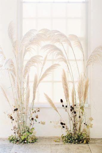 Verträumte Hochzeitszeremonie im Hintergrunddesign mit trendigem Pampagras von Floribunda …   – planning it