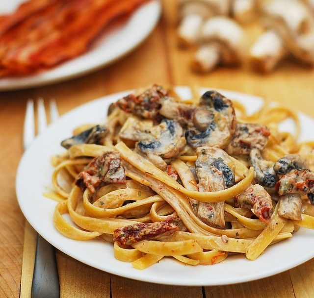 pâtes aux champignons et tomates séchées, sauce ail et basilic  2 cuillères à soupe d'huile d'olive<br /> 8 oz champignons tranchés<br /> 3 gousses d'ail, hachées<br /> 3,5 oz tomates séchées, coupées en dés<br /> 2 cubes de poulet style Knorr<br /> 2 tasses d'eau bouillante<br /> 1/2 tasse de moitié/moitié <br /> 1/2 tasse de crème épaisse<br /> 1/2 tasse de fromage râpé parmesan<br /> 1 cuillère à soupe de basilic séché (ou jusqu'à 2  .
