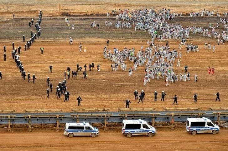 Mil activistas bloquean una mina de carbón alemana en la víspera de la COP23