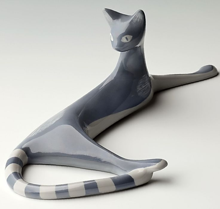 """""""Kotek siedzący"""", lata 50. XX wieku, projekt Zdana Kosicka, ZPS Bogucice w Bogucicach Po raz pierwszy określenia New Look użyto przy okazji promocji debiutanckiej kolekcji Christiana Diora w 1947 roku. """"Nowy styl"""" w sztuce użytkowej i dizajnie charakteryzował się asymetryczną, biomorficzną formą, mocnym kolorem, drobnym deseniem. Do Polski te tendencje dotarły na krótko przed czasami politycznej """"odwilży"""" 1956 roku"""