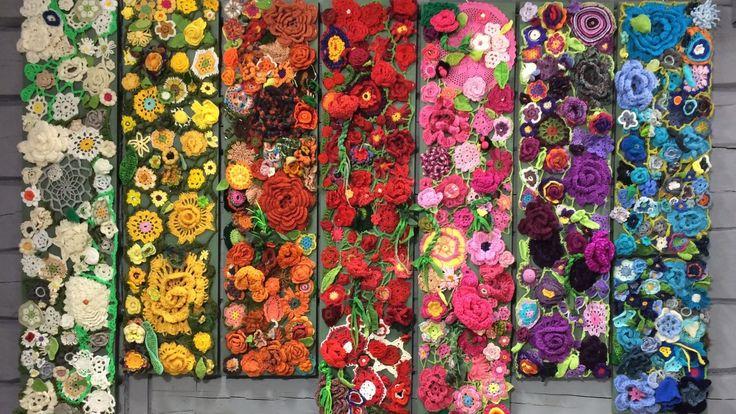 Vårt gemensamma projekt med de virkade blommorna har nu fått nytt och evigt liv efter konstinstallationen tidigare i år. Det blev femton tavlor i olika storlekar som går att hänga och kombineras på väldigt många olika sätt.