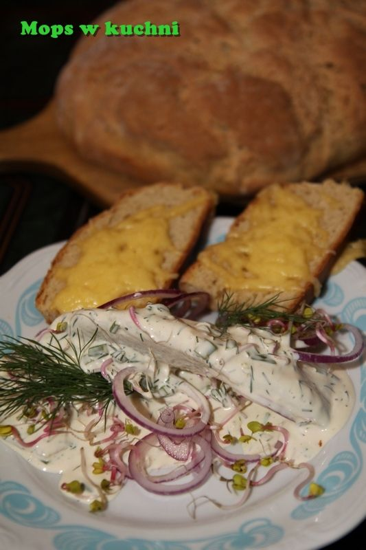 Śledź marynowany z żytnim chlebem i serem żółtym