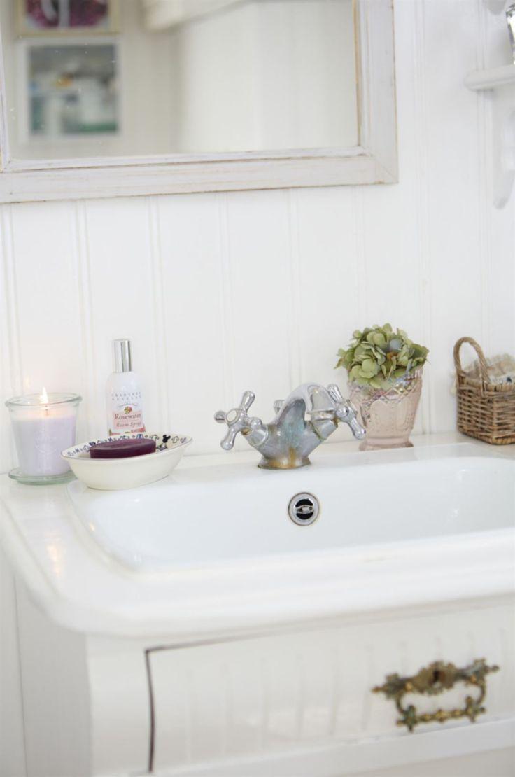 Handfat. En antik byrå fungerar fint som tvättskåp i badrummet.