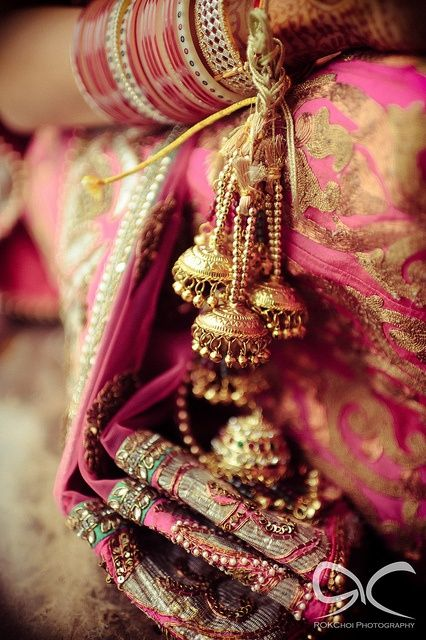 Not so much for the Indian wedding (which is gorgeous), but how pretty is that gold next to the richness of the pink? joyas #complementos boda