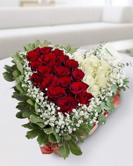 Aranjament cu trandafiri roşii şi albi  în formă de inimă