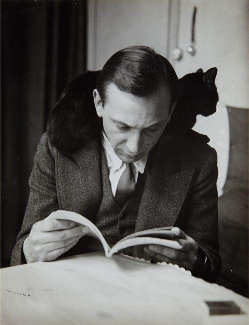shihlun:  André Kertész, Self-portrait with chat noir, Paris, 1925-1935.
