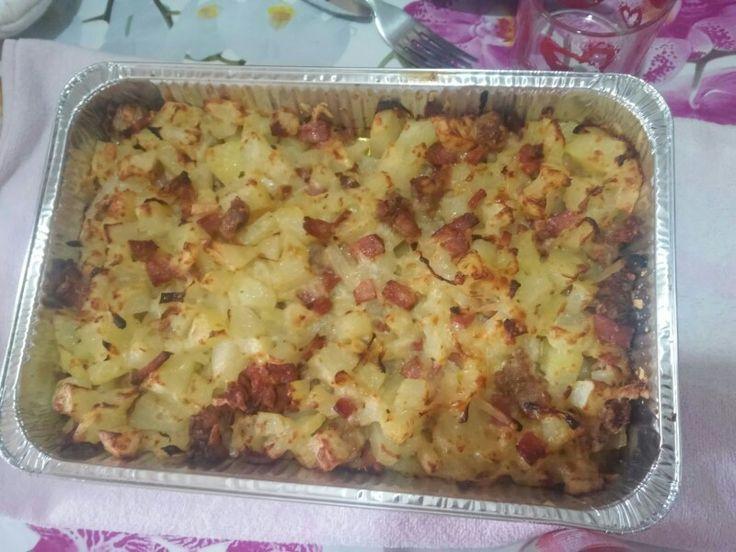 Cubetti di patate al forno con cipolle, pancetta, salsiccia a pezzetti e formaggi vari. #food #tasty #cooking #homemade