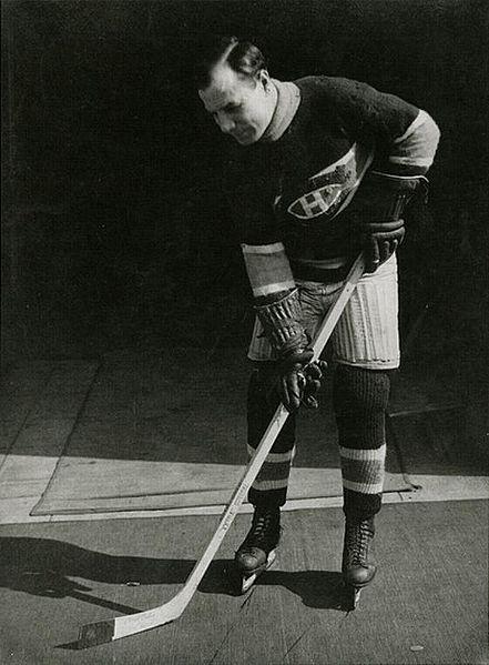 Newsy Lalonde : Le 5 janvier 1910, les Canadiens ont disputé leur première rencontre. Devant plus de 3000 amateurs à la patinoire Jubilee située dans l'est de la ville, Newsy Lalonde a marqué deux buts dans un gain de 7 à 6 en prolongation face aux Silver Kings de Cobalt. Échangé aux Millionaires de Renfrew peu de temps après, Lalonde est revenu à Montréal la saison suivante et a été nommé capitaine, récoltant 19 buts et 61 minutes de punitions.