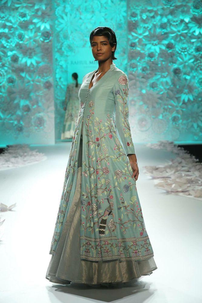 Кажется, индийские женщины — единственные в мире, кто еще не променял свои понятия о красоте на западные тренды. Их невозможно перепутать ни с одной другой национальностью! Яркие цвета, женственные платья в пол, много изящных украшений и необычная обувь. Этим женщинам неведом модный нынче минимализм и одежда «унисекс». Именно поэтому они всегда выглядели и выглядят красиво, женственно, сексуально.