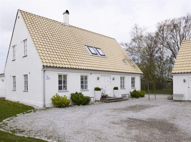 Familjens hus ligger inbäddat i grönska med en härlig innergård.