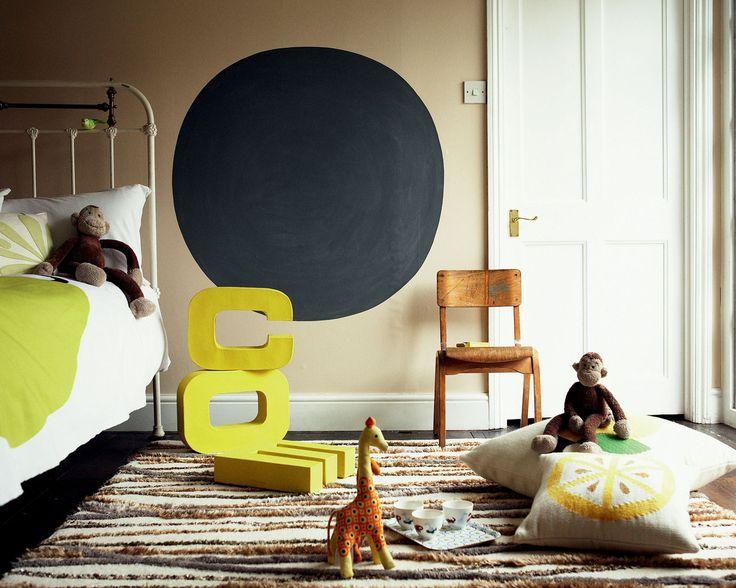 Associez les teintes naturelles et les touches de couleur acidulée. Le jaune citron et le vert pomme apportent une touche ludique à cette chambre d'enfant. Le mur du fond, avec sa teinte naturelle, calme le jeu et structure l'espace.