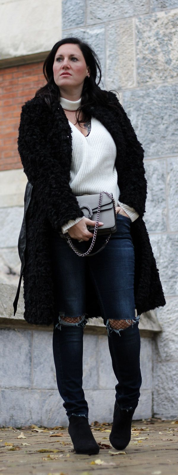 How to style: Outfit Fake Fur Coat and Knee-Cut Jeans. Trendy Street Style for the Winter.