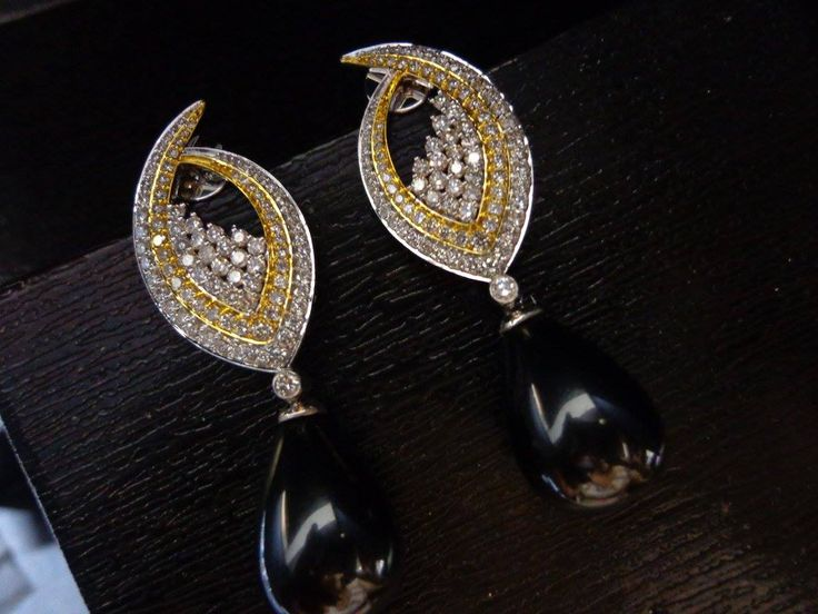 Cast a spell on those around you with the #black magic of these alluring drops ;)  #Savio #jewellery #Jaipur #diamonds #pearls #jewelry