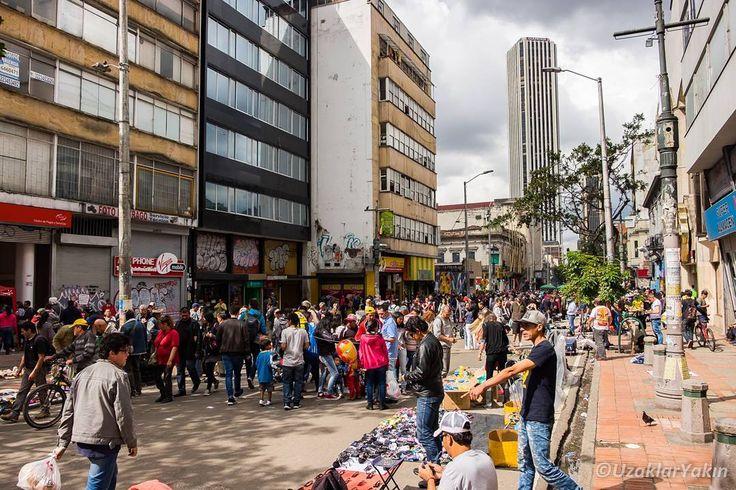 Carrera Séptima diğer adıyla Car. 7 Bogota'nin en canlı caddesi. Sokak sanatçıları aklınıza gelebilecek herşeyin satıldığı tezgahlar ve sokak yemekleri bolca mevcut. Özellikle haftasonları cadde bir insan seli halini alıyor. Yine bu cadde üzerinde haftasonu kurulan bit pazarı da ilginizi çekebilir. Tavsiye üzerine gittiğimiz Cafe Florida 80 yılı aşkın süredir burda hizmet veriyormuş. Kahvesini oldukça beğenmiştik.