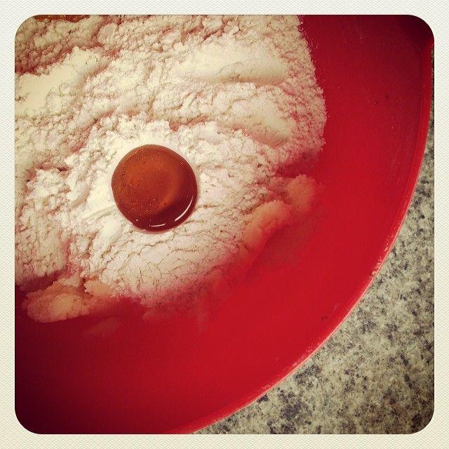 Bästa tricket när man ska mäta upp sirap, honung olja och annat kladdigt: gör en fördjupning med matskedsmåttet i mjölet och häll det där i.