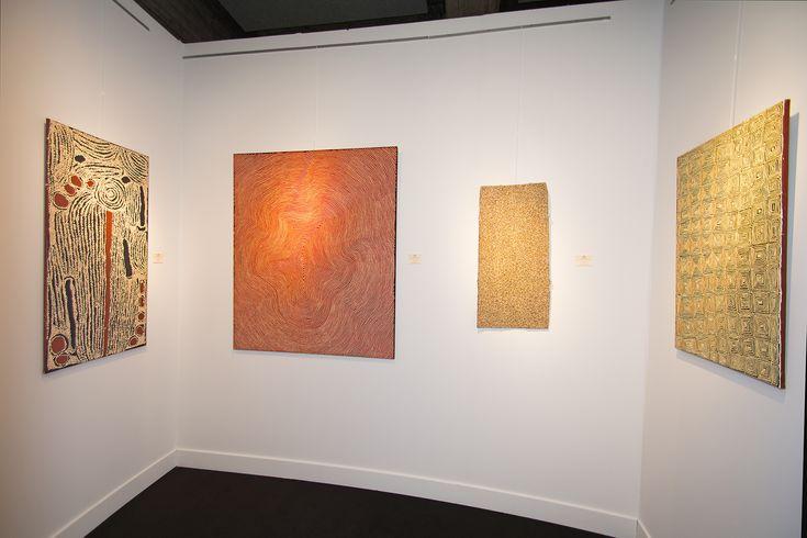 De gauche à droite différentes peintures Aborigènes du centre d'art de Papunya Tula : L'artiste Ningura Napurrula, une œuvre importante de l'artiste Warlimpirrnga Tjapaltjarri un des derniers nomades, l'artiste Gulumbu Yunupingu du centre d'art de Yirrkala, une toile en noir et blanc de l'artiste Ray James Tjangala de Papunya. #painting #aboriginal #aborigene #contemporain #design #art #peinture