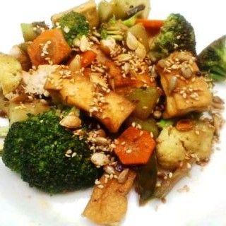verduritas crujientes y tofu con semillas tostadas